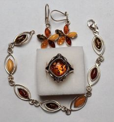 Sterling 925 Silver set with Amber: ring with Amber stone in rotating bezel,  bracelet and earrings in a flower motif