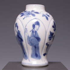 Beautiful blue/white porcelain vase with lotus-shaped panels in relief, with a decoration of Chinese ladies – China – 18th century (Kangxi period).