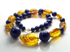 Lapis lazuli and baltic amber necklace in 18 kt gold