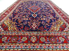 "Sarough – 307 x 196 cm – ""Eye-catcher in royal blue – Persian carpet in mint condition""."
