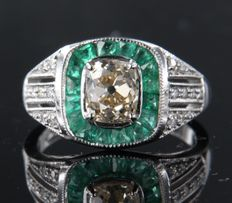 18k white gold ring in Art Deco style with emerald and old cut diamond