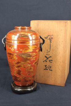 Gold, red and orange lacquer vase with original box and stand - Japan -  ca. 1920