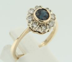 14 kt yellow gold entourage ring set with sapphires and diamond, ring size 18.5 (58)