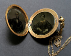 Photographer unknown - Two portraits in pocket watch