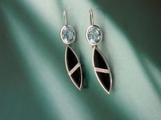 Dangle earrings – 18 kt white gold (750/1000) – Total weight, 15.20 grams – With aquamarine, onyx and diamonds.