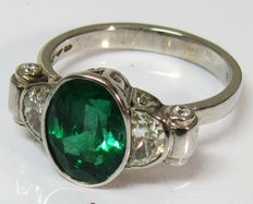 Gold 3 stone ring with 2 half-moon diamonds, 4 diamonds and an Emerald with IGI Report