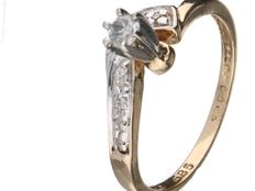 Yellow gold solitaire diamond ring – feature stone 0.07 ct – 7 accent stones totalling 0.14 ct