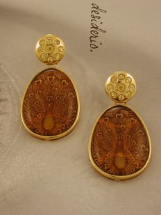 18 kt (750/1000) gold dangle earrings, with engraved amber and yellow sapphires -