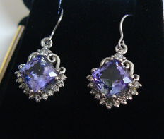 White gold earrings with tanzanite 4.26 ct - diamonds 0.48 ct of a total of 4.74 ct -- no reserve price--