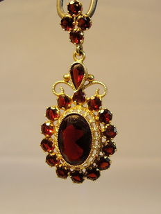 Pendant made of gold with garnet.