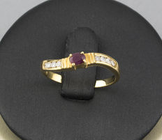 Yellow gold ring with diamonds and a ruby
