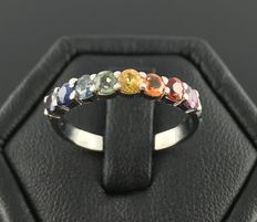 Half-turn ring in 18 kt white gold with a rainbow of sapphires of all colours - total 0.8 ct