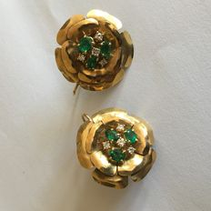 Flower–shaped yellow gold earrings with emeralds and diamonds – hallmarked 750/1000 18 kt hammered yellow gold – lever backs