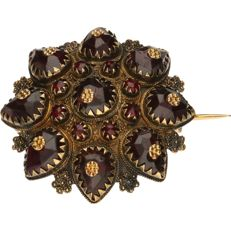Yellow gold brooch set with garnets