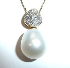 Set: Pendant and necklace, 8 kt and 9 kt gold with large cultivated pearl and natural white topazes**No reserve price**