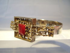 Bangle with facetted natural ruby in emerald cut of 4.45ct.