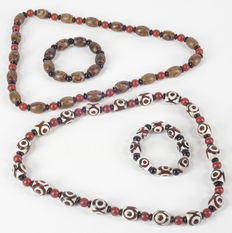 Two sets of Tibetan pieces of jewellery: necklaces and bracelets in agate beads with 3 eyes - Tibet - late 20th century