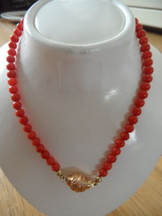 Precious coral necklace with 14 kt gold clasp