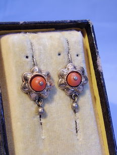 Golden Victorian earrings with corals