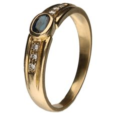 18 kt yellow gold ring set with an oval cut sapphire and 6 brilliant cut diamonds. Ring size: 18 mm