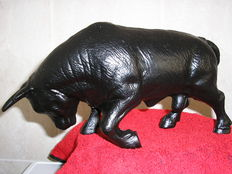 Beautiful and heavy sculpture of a angry bull: Weighs 3 kilos.