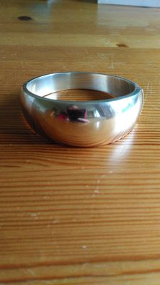 925 Sterling silver modern thick bangle. 23 cm in circumference