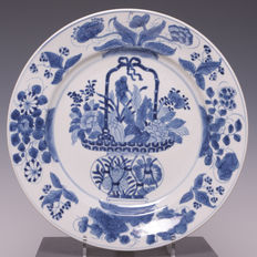 Nice and big blue white porcelain plate with the decoration of a flower basket - China - 18th Century (Kangxi period)