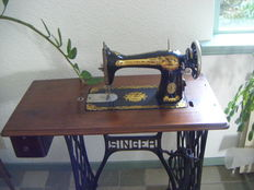Beautiful, very decorative Singer 15K pedal sewing machine on original table -1925 - original papers and Singer accessories.