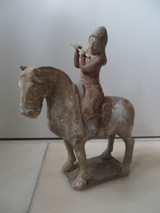 Earthenware statue in Tang-style of a man on purple - presumably China - 2nd half of 20th century
