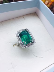 princely ladies ring with 6.93 ct emerald and diamonds 0.65 ct