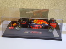 Max Verstappen Limited Edition Minichamps 1:18 in showcase vitrine - Red Bull RB 12 1st F1 win Spanish GP 2016- met origineel gesigneerde foto + COA