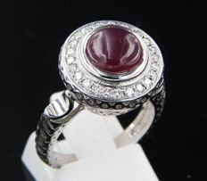 14 kt white gold ring with brilliant cut diamond and round cabochon cut ruby