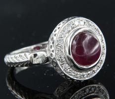 14 kt white gold ring with brilliant cut diamond and round cabochon cut ruby, ring size: 17 (53)