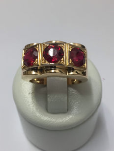 Signet Ring in Rose Gold decorated with Three Red Stones - Circa 1940.