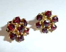 8kt / 333 gold garnet earrings, ear studs with Bohemian garnet rosette
