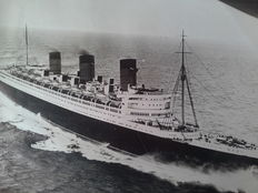10 vintage press photographs of the building and Queen Mary's first voyage