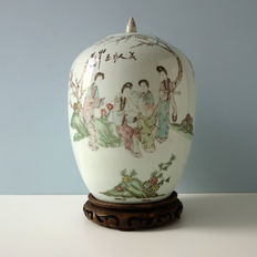 Famille rose pot with lid - China - late 19th century.