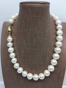 Necklace with white freshwater pearls arranged in order of increasing size with 18 kt gold clasp - Length: 43 cm
