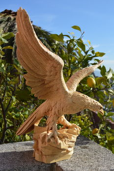 Splendid worked sculpture in solid mass of an Eagle with open wings and green eyes (5kilos)