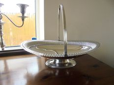 Antique fruit/bread basket in English Sheffield silver plate, around 1900, by Walker & Hall