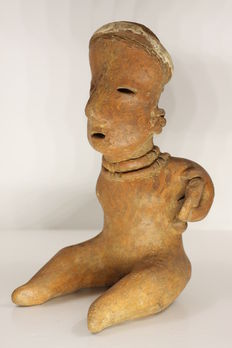 A pre-Columbian anthropomorphic figurine in earthenware – height : 19.7 cm
