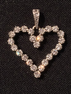 Golden (585) diamond 'heartshaped' pendant, 24 brilliant cut diamonds