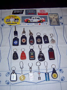 Vintage lot of 17 keyrings of car brands