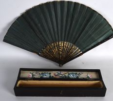 Black lacquere fan in original box, painted with beasts and foliage - China - ca. 1920
