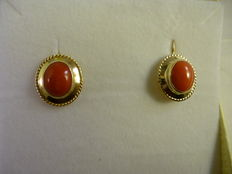 18 kt gold earrings with onyx and coral
