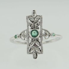 Ring made of 14kt gold with 3 oiled emeralds of 0.2ct i ntotal and 12 cut diamonds of 0.06ct in total