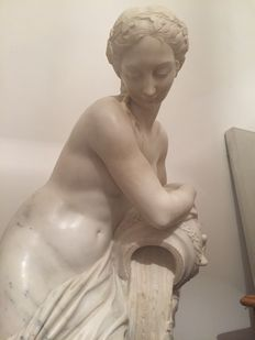 Impressive Carrara marble sculpture of a Venus with amphora - in the style of Christophe - Gabriel Allegrain - Italy, second half of the 20th century