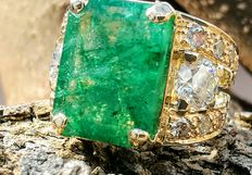 Ring with 8.55 ct emerald and diamonds of 2.58 ct