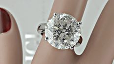 12.27 ct round diamond ring made of 18 kt white gold