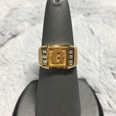 18kt yellow gold G design ring, 0.18ct total